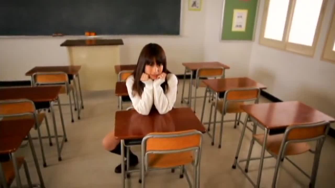 女子校生姿の瀬乃ゆいか(AV女優)が、教室で微笑んでくれる動画